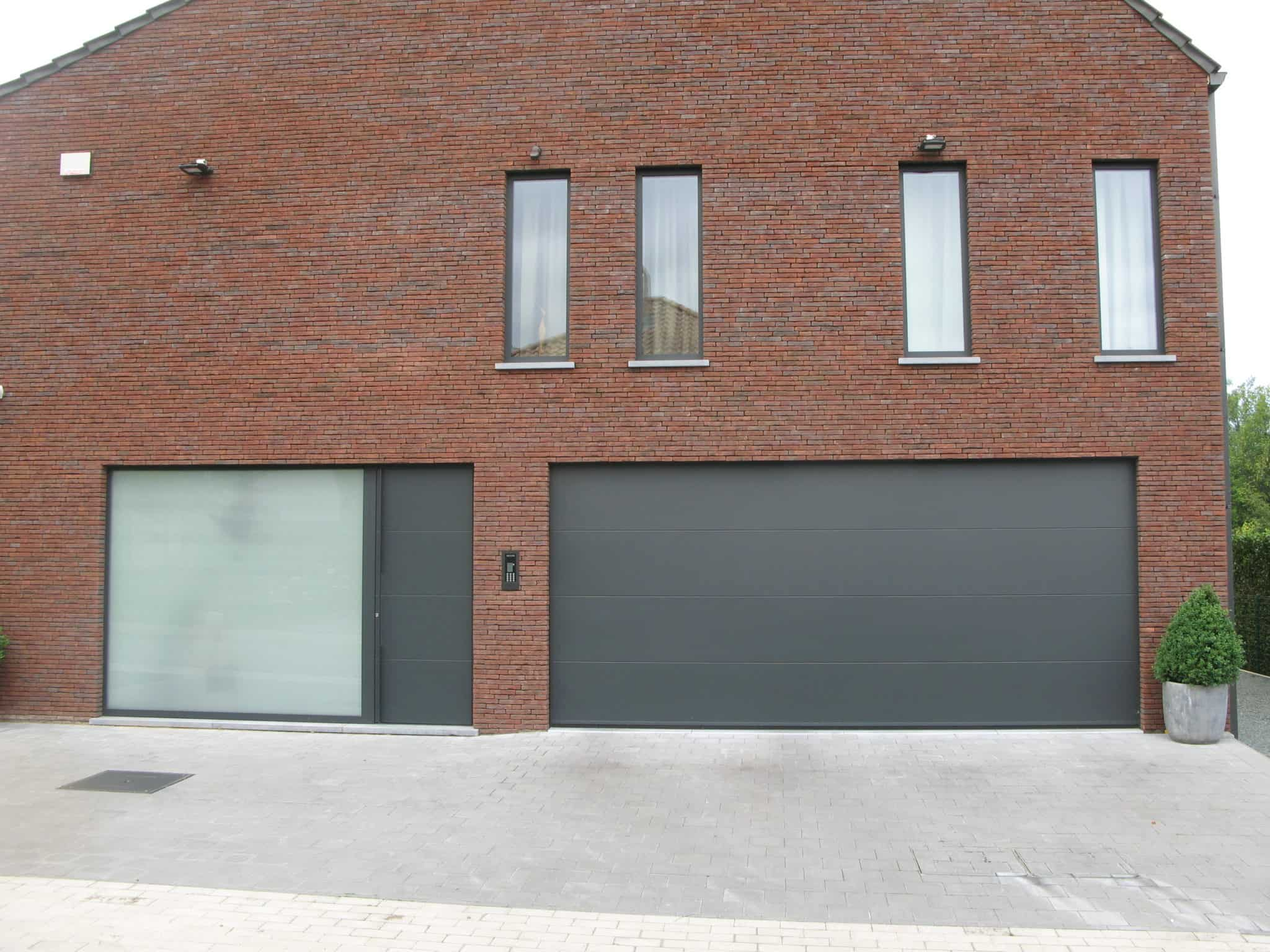 Moderne aluminium ramen, deuren en garagepoort
